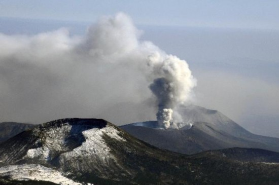 Japans Shinmoe volcano erupts, spews ash and smoke