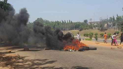 Abuja taxi drivers block highway, protest colleague's killing