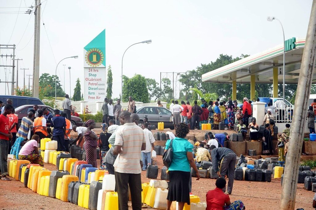 #FuelScarcity : Nigerians queue for hours to buy petrol