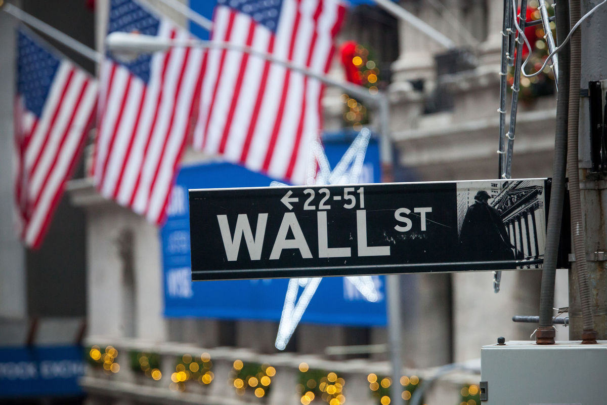Dow hits 25,000 after strong U.S. private hiring data