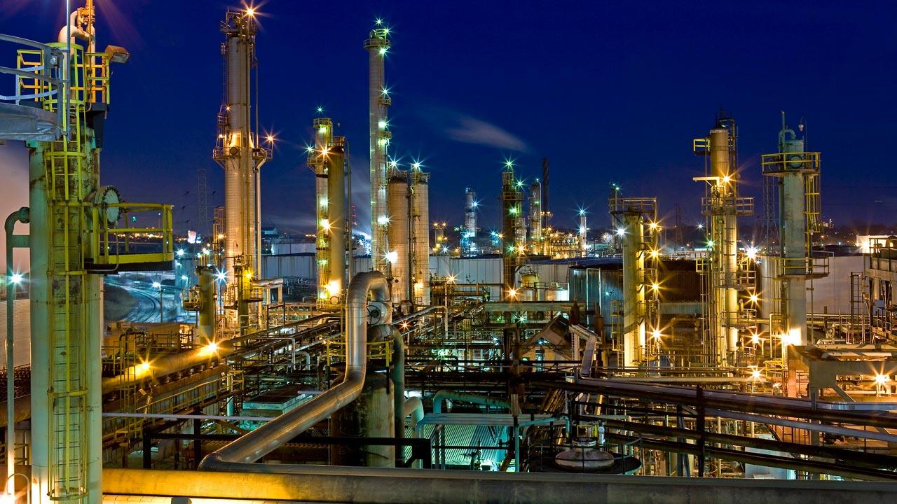 Fuel scarcity: Ex-CBN director urges FG to repair refineries