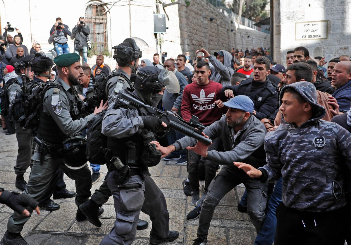Palestinians protesters clash with Israeli forces