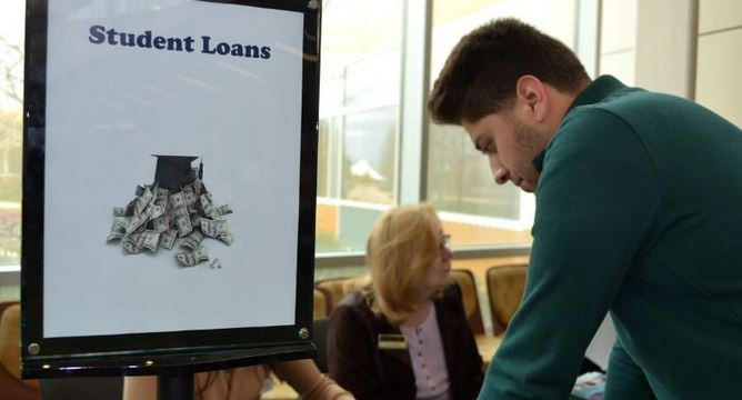 Top Nation's student loan official steps down