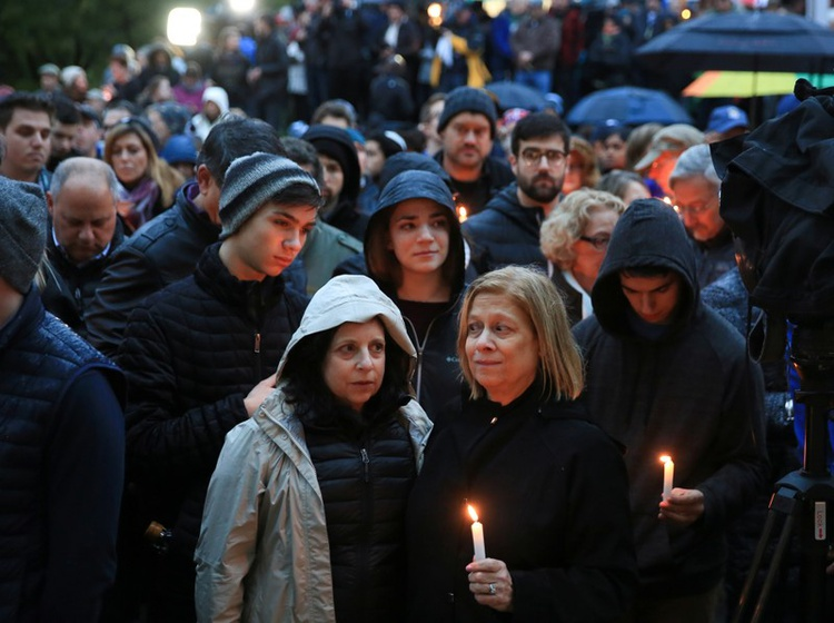 U.S Synagogue shooting: 11 killed, mourners lay flowers at crime scene
