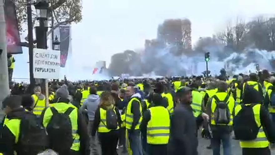 Police fore teargas at 'Yellow vest' protesters